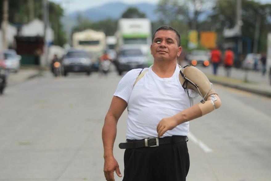 Un discapacitado del Ejército camina a mitad de la carretera. (Foto Prensa Libre: Esbin García)