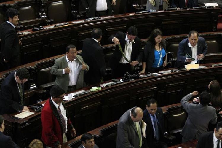 """Diputados se quitan las corbatas, """"en señal de unidad"""". (Foto Prensa Libre: Carlos Hernández)"""