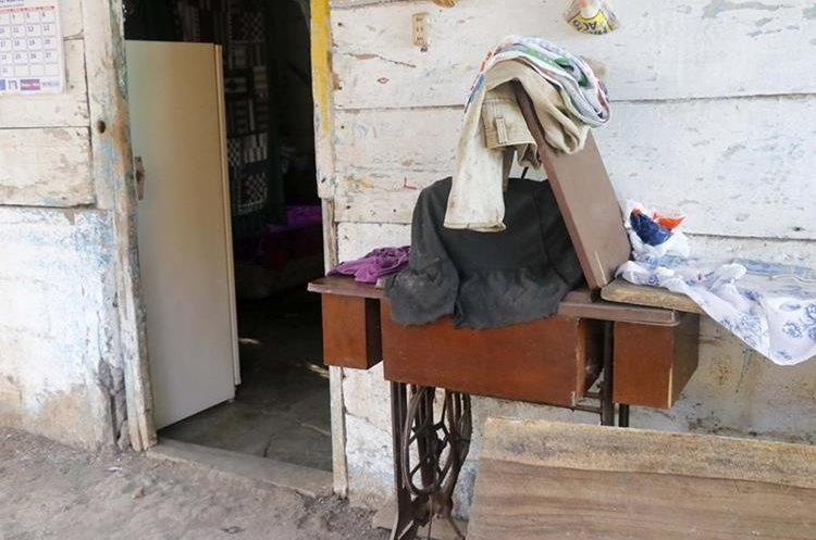 La máquina de coser que usaba Rosa Marroquín para agenciarse de fondos y sacar adelante a sus hijas. (Foto Prensa Libre: Rolando Miranda).