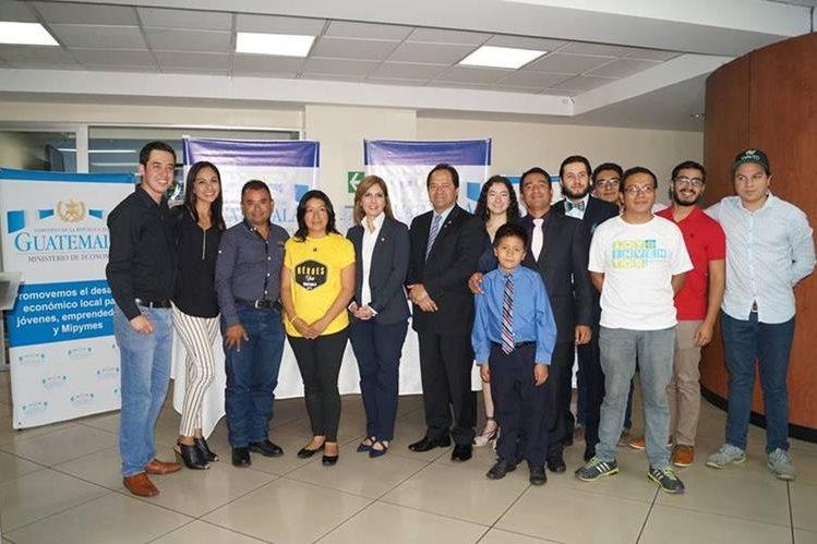 Los 15 ganadores del Heroes Fest recibirán capital semilla por US$2 mil. Ezrra Orozco, viceministro de Economía y Carmen Ortiz, directora de comunicación social del Bantrab anunciaron a los ganadores (Foto Prensa Libre: Cortesía Mineco)