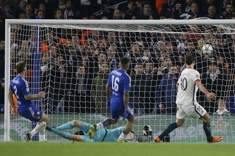 Zlatan Ibrahimovic anota para el PSG el segundo gol. (Foto Prensa Libre: AFP)