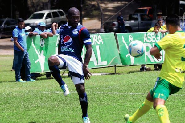 Milton Núñez de la Universidad de San Carlos pelea por el balón frente a un jugador de Deportivo Petapa. (Foto Prensa Libre: Carlos Vicente)