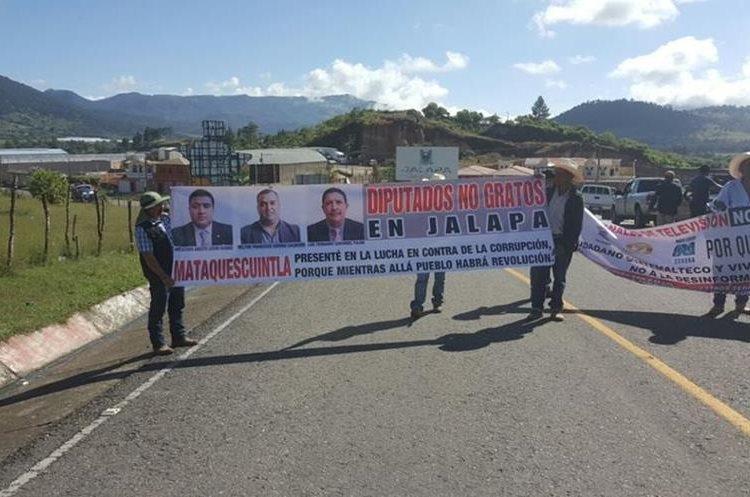 En Jalapa las personas tapan el paso en la carretera y muestran los rostros de los diputados de ese distrito.