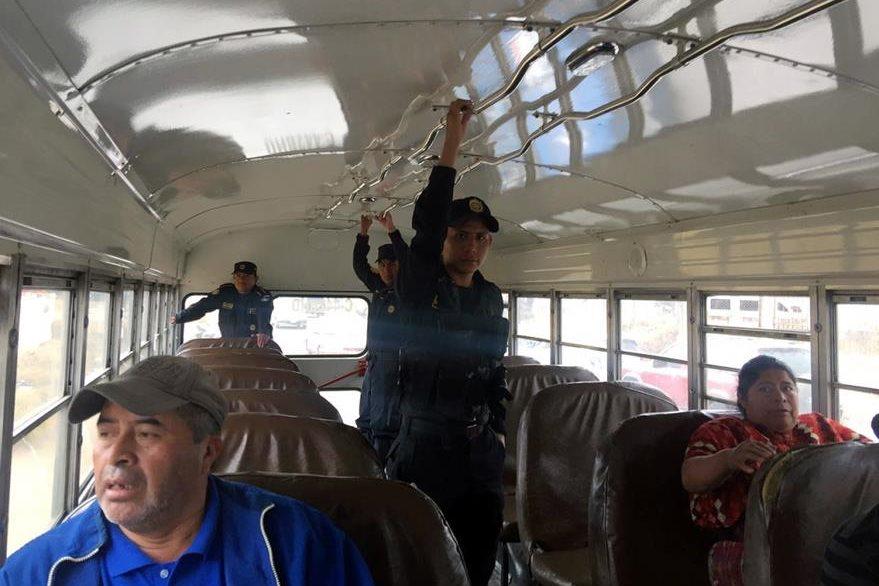 Agentes de la PNC brindas seguridad en bus en la ciudad de Quetzaltenango. (Foto Prensa Libre: Carlos Ventura).