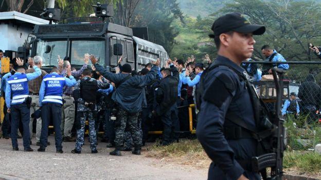 Algunos miembros de las fuerzas de seguridad se negaron a reprimir las protestas. (Getti Images).