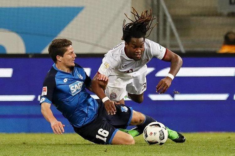 El jugador Pirmin Schwegler (i) de Hoffenheim disputa el balón con Renato Sanches (d) de Bayern. (Foto Prensa Libre: EFE)
