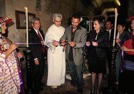 Leonel Mijangos  (centro) inaugura la galería fotográfica Tempus Cuaresma, en Antigua Guatemala. (Foto Prensa Libre: Miguel López)