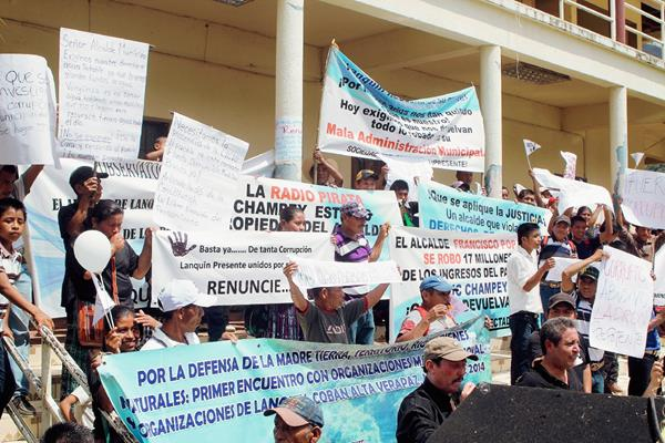 Vecinos se plantaron frente a la comuna para pedir la renuncia del alcalde, Francisco Pop. (Foto Prensa Libre: Martín Tax)
