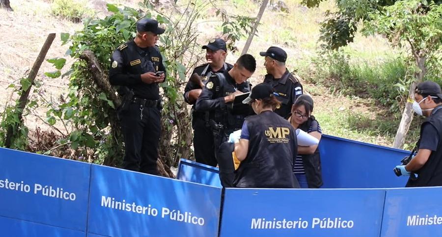 """En una mochila se localizó un manuscrito que se leía """"por andar con mujeres casadas"""".  (Foto Prensa Libre: Hugo Oliva)"""