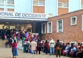 Decenas de pacientes esperan ser atendidos en el Hospital Regional de Occidente. (Foto Prensa Libre: María José Longo)