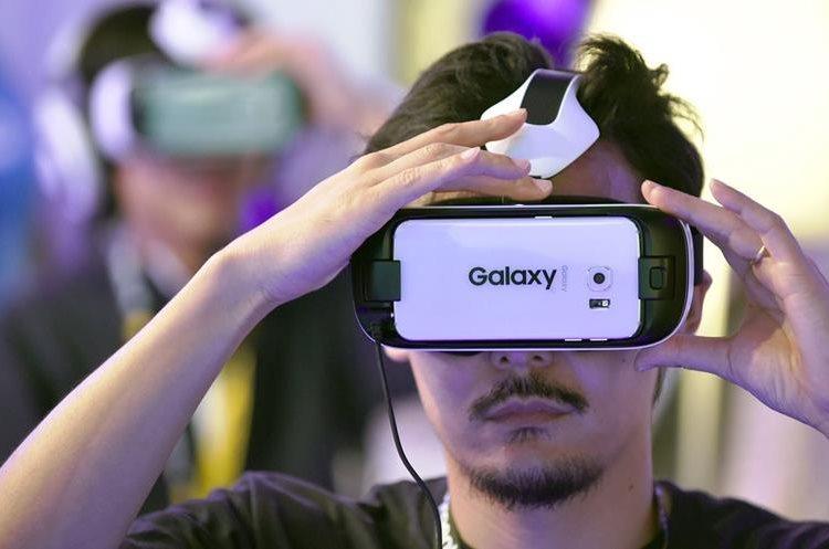 Un visitante juega con el dispositivo de realidad virtual Gear VR, en el Tokyo Game Show 2015.(PL-AFP)