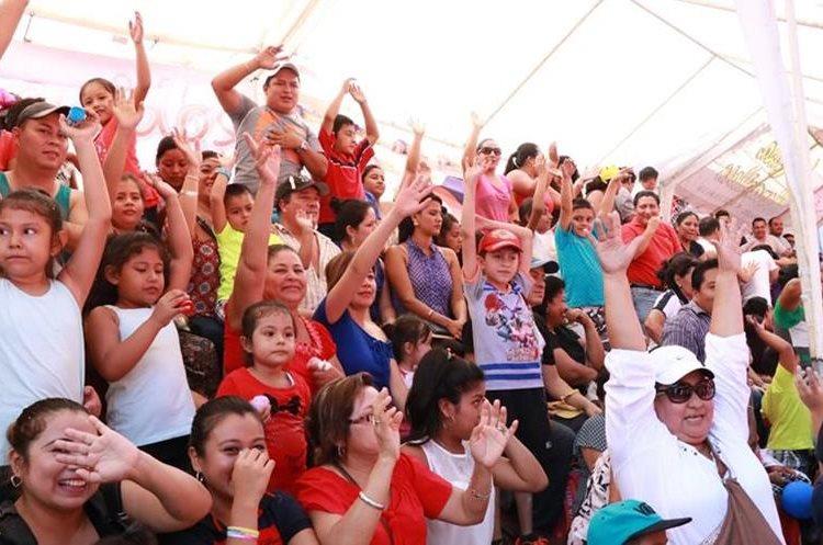 Cientos de pobladores y turistas disfrutaron del desfile de comparsas. (Foto Prensa Libre: Cristian Icó)