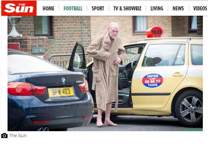 En bata, descalzo y sin ropa interior, Gascoine se coloca un cigarrillo después de bajarse de un taxi. (Foto Prensa Libre: The Sun)