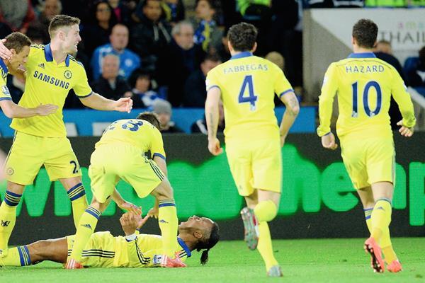 Didier Drogba es felicitado por sus compañeros tras la anotación frente al Leicester. (Foto Prensa Libre: AFP).