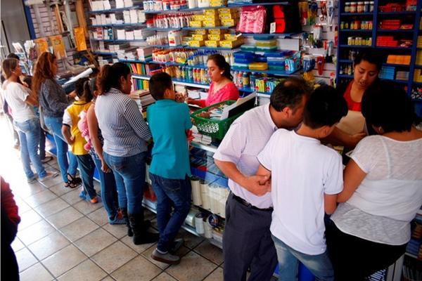 """<p>Padres de familia aprovechan que librería abre en domingo para comprar útiles y así evitan aglomeraciones en fechas próximas. (Foto Prensa Libre: Renato Melgar)<br _mce_bogus=""""1""""></p>"""