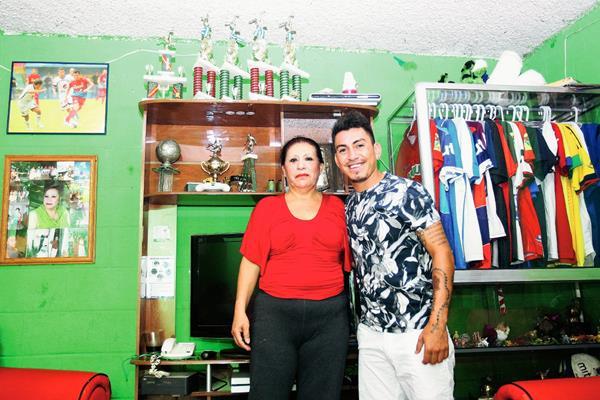 Gilda Leticia Barillas Herrera, madre del futbolista guatemalteco Marco Tulio Ciani Barillas, que juega con Municipal en el Clausura 2015. (FOTO Prensa Libre: Edwin Fajardo)