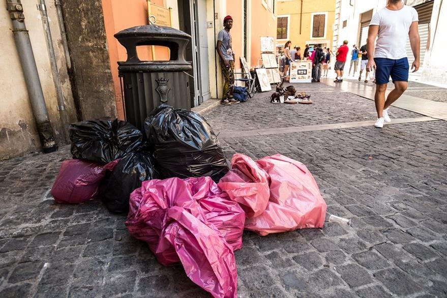 Aunque es sabido que Roma es una ciudad caótica, lo que los vecinos han vivido en los últimos tiempos es un auténtico deterioro de sus servicios públicos. (Foto Prensa Libre: AFP).