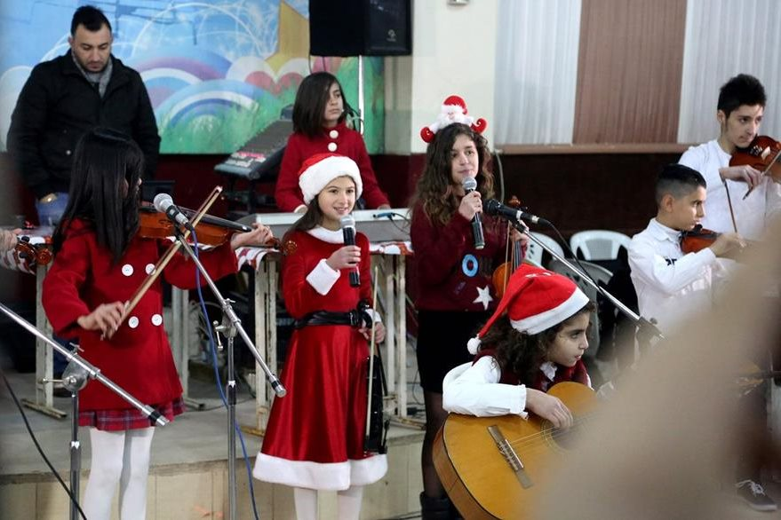 Pese al desconsuelo los niños sirios aún tienen ánimos de cantar villancicos navideños. (Foto Prensa Libre: AFP).