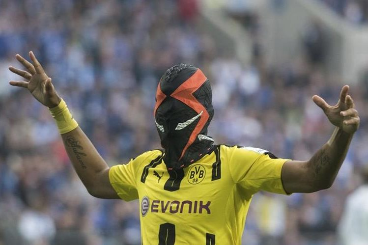 Pierre-Emerick Aubameyang festejó así su gol este sábado, con el Borussia Dortmund. (Foto Prensa Libre: AP)