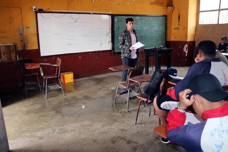 Estudiantes del Instituto Normal para Varones de Quetzaltenango reciben clases en aulas en mal estado. (Foto Prensa Libre: Carlos Ventura)