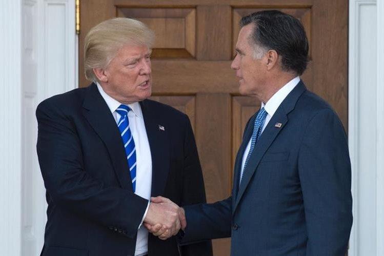 Donald Trump saluda a Mitt Romney después de su reunión en Bedminster, Nueva Jersey.(Foto Prensa Libre:AFP).