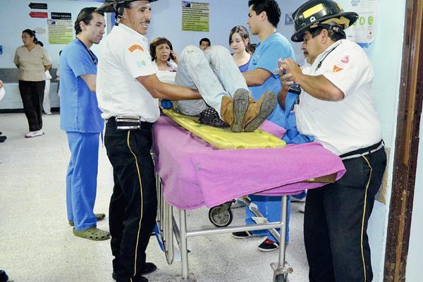 Una mujer resultó herida luego que se lanzara del puente Belice en un intento de suicidio, los bomberos Voluntarios la trasladaron al hospital General San Juan de Dios con fracturas. (Foto Prensa Libre: Estuardo Paredes)