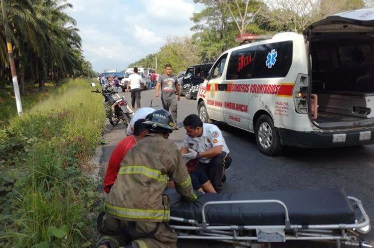 Socorristas levantan a los heridos de la carretera para trasladarlos al Hospital Nacional de Malacatán San Marcos. (Foto Prensa Libre: Rolando Miranda)