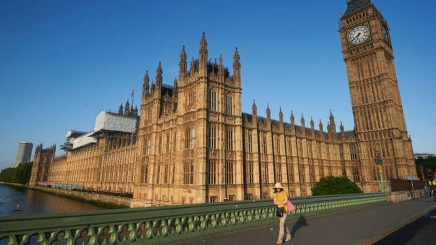 La Cámara de los Lores, la Cámara de los Comunes y el Palacio de Westminster ardieron casi por completo en 1834. GETTY IMAGES