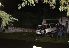 El cadáver de William Oliva Franco quedó en el interior de su vehículo, el cual se empotró en una pared de block. (Foto Prensa Libre: Mario Morales)