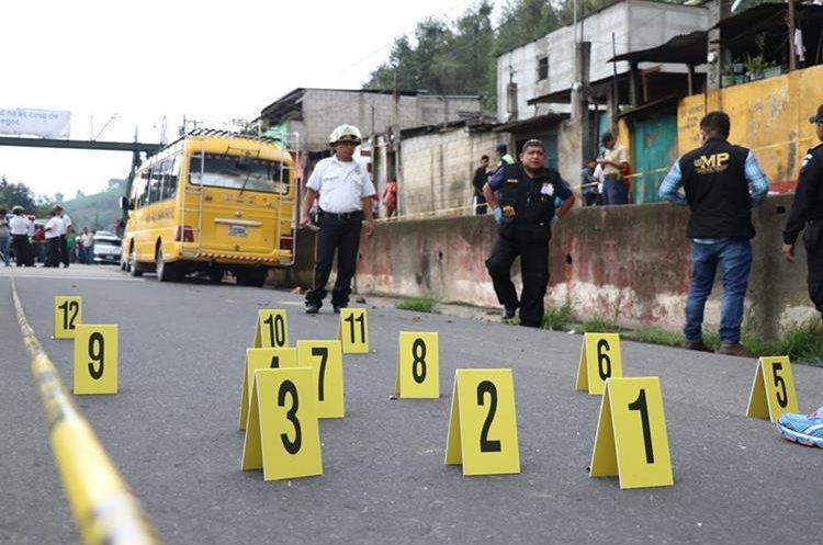 Peritos del Ministerio Público recabaron varios casquillos en la escena del crimen. (Foto Prensa Libre: Renato Melgar)