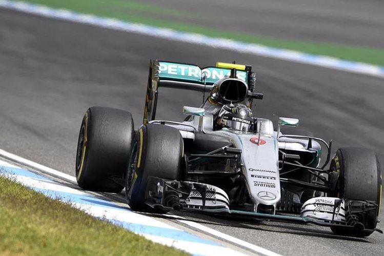 El piloto alemán Nico Rosberg fue el más rápido en el primer día de entrenamientos en el Gran Premio de Malasia. (Foto Prensa Libre: AP)