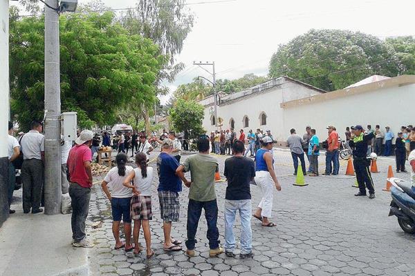 Vecinos de la zona 1 de Chiquimula se aglomeran luego de que desconocidos mataran a balazos a un joven. (Foto Prensa Libre: Edwin Paxtor)