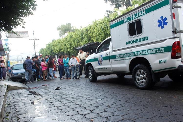 Pobladores de El Tejar, Chimaltenango, observan el lugar del ataque armado. (Foto Prensa Libre: Víctor Chamalé)
