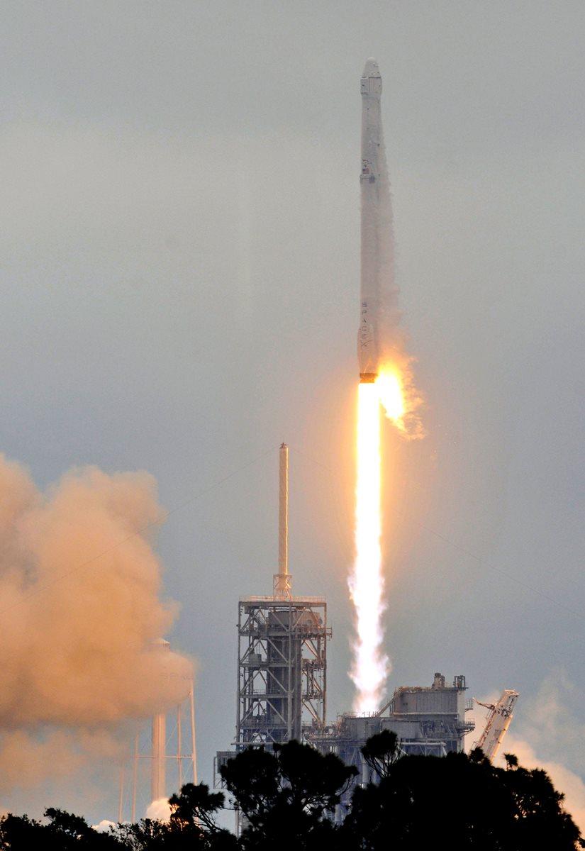 Vista del despegue del cohete Falcon 9 de la compañía SpaceX el 22 de febrero pasado. (Foto Prensa Libre: AFP)