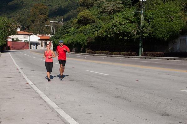 <p>Ariana Pizzatti, directora de Mercadeo de Ecofiltro, y Leonel Mijangos, fotógrafo, correrán 113 kilómetros de Antigua Guatemala a Panajachel. (Foto Prensa Libre: Cortesía Geovani Morales) <br></p>