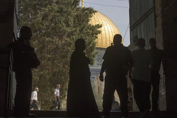 Una mujer pasa por una revisión previo a ingresar a la Explanada de la Mezquita este viernes. (Foto Prensa Libre: EFE).