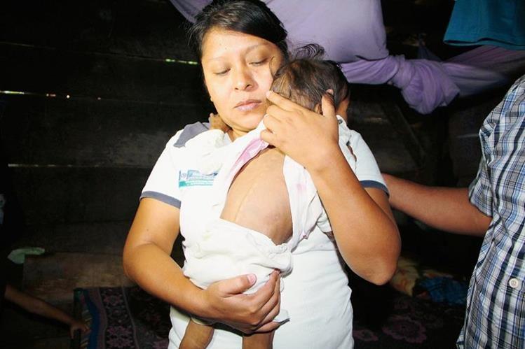 Trabajadora de Salud sostiene a la menor rescatada en Nuevo San Carlos, Retalhuleu. (Foto Prensa Libre: Rolando Miranda)