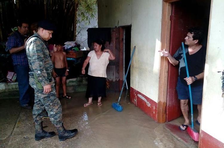 Elementos del Ejército de Guatemala evalúan los daños en Izabal.