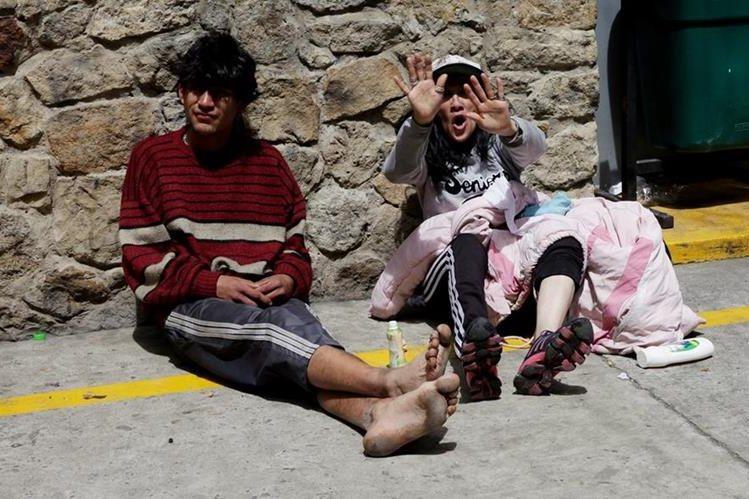 """Dos indigentes del """"Bronx"""" descansan en un hogar de paso en Bogotá, Colombia, luego del reciente desalojo. (Foto Prensa Libre: EFE)."""