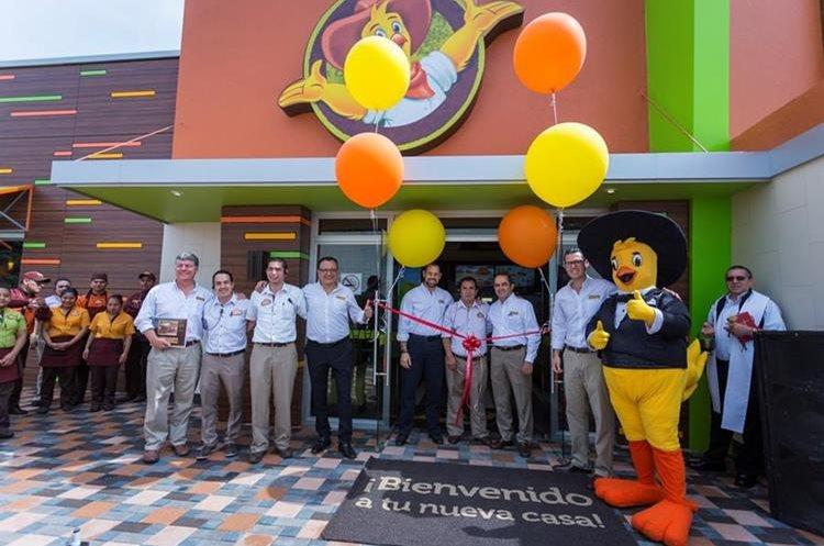 Directivos y personal de Pollo Campero en el momento de la inauguración del nuevo restaurante ubicado en la Zona 9. (Foto Prensa Libre: Cortesía)