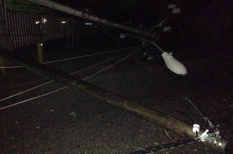 Postes caídos por fuerte viento en Petén. Foto Prensa Libre: Conred.