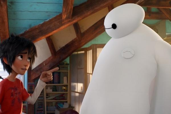 <p>Un pequeño geek y un robot hinchable blanco programado para cuidar de la gente forjan una amistad inquebrantable (Foto Prensa Libre: AP).</p>