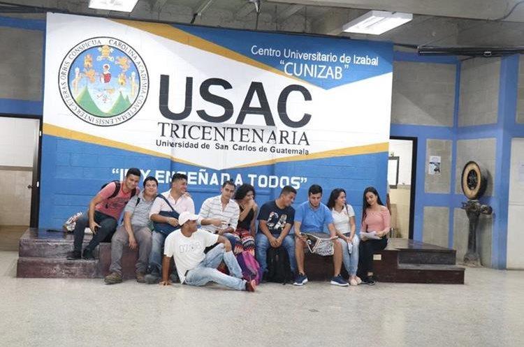 Grupo de estudiantes que participaron en el bautizo del Cunizab. (Foto Hemeroteca PL)
