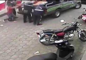Cámaras captan cuando agentes municipales decomisan mercadería a un comerciante, en San Pedro Sacatepéquez. (Foto Prensa Libre: Aroldo Marroquín)