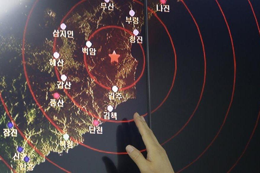 Un oficial coreano señala el lugar del sismo producido por el ensayo nuclear. (Foto Prensa Libre: AP)
