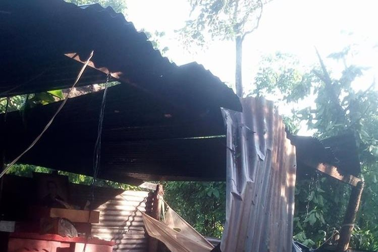 El techo de una humilde vivienda en San Lorenzo se desprendió por los fuertes vientos. (Foto Prensa Libre: Cristian Icó)