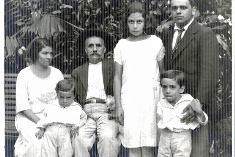 El joven Brañas de 26 años posa junto a la familia del segundo matrimonio de su padre.