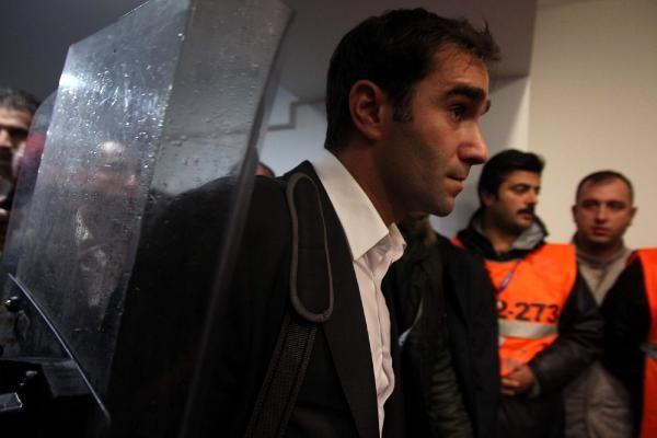 Cagatay Sahan es resguardado por la policía al momento de salir del estadio tras su secuestro. (Foto Prensa Libre: Twitter)