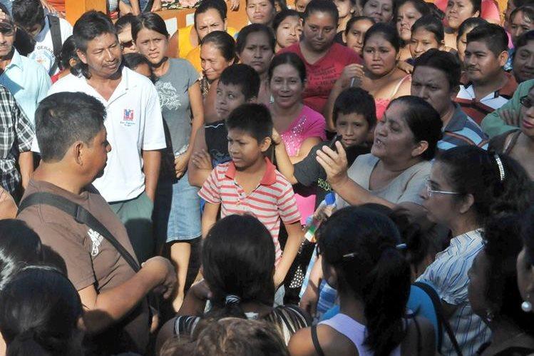 Padres de familia expresan su malestar contra directora de establecimiento educativo, en Coatepeque. (Foto Prensa Libre: Alexander Coyoy)