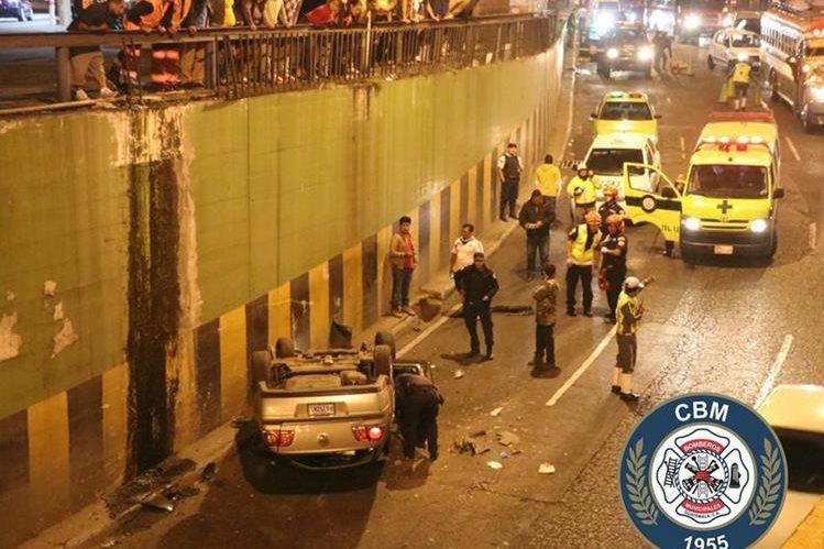 Tras el atropello, el vehículo perdió el control y cayó al viaducto. (Foto: Bomberos Municipales)